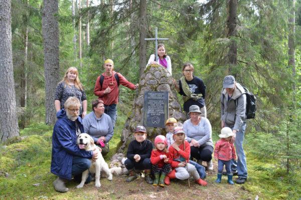 Metsavendade mälestuskivi juures